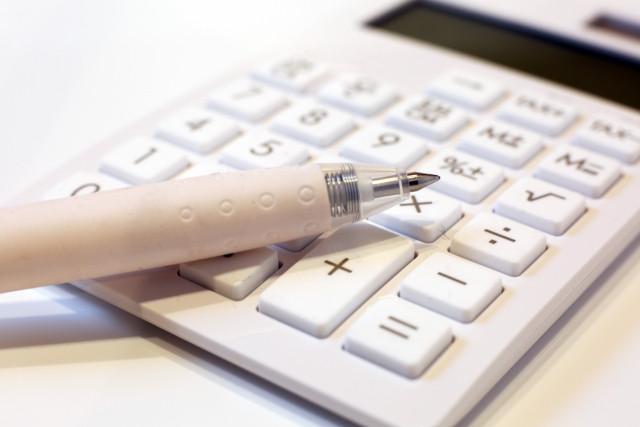 電卓の上に置かれたペン