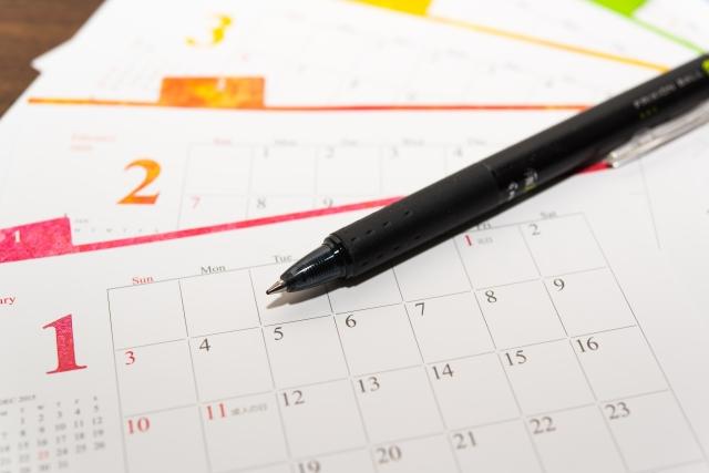 カレンダーの上に置いてあるペン