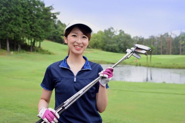 ゴルフクラブを持っている女性