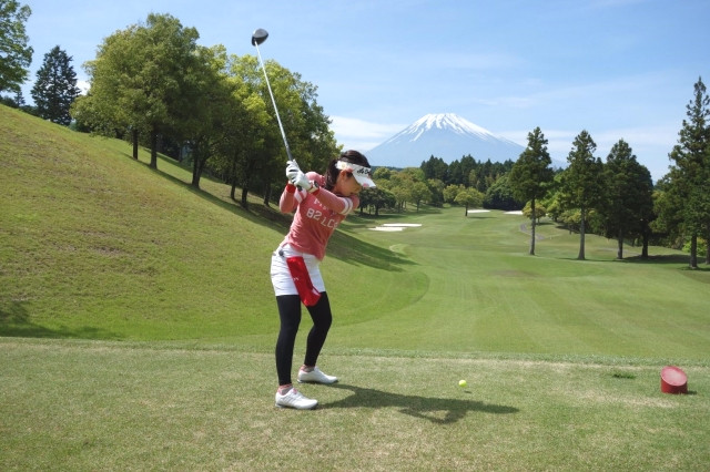 スイングのゴルフレッスンをする女性